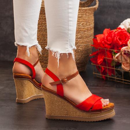 Czerwone sandały na zdobionym koturnie Bastina - Obuwie