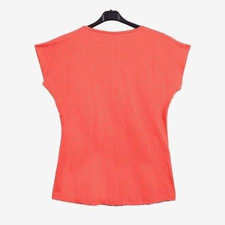 Koralowy t-shirt damski zdobiony welokolorowym printem - Odzież
