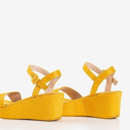 Muszatardowe sandały na koturnie Lysnes - Obuwie
