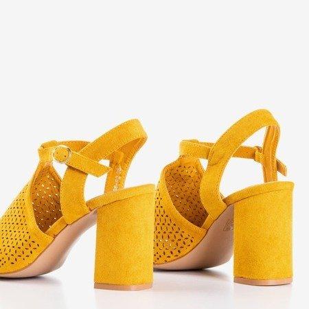 Musztardowe sandały na wysokim słupku Kimonse - Obuwie