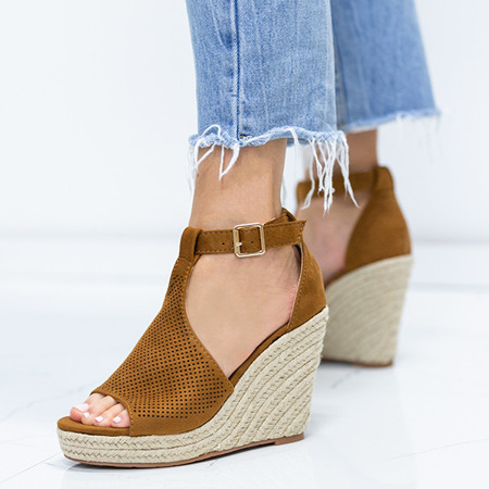 Sandałki na koturnie z ażurowym wykończeniem w kolorze camel Fastina - Obuwie