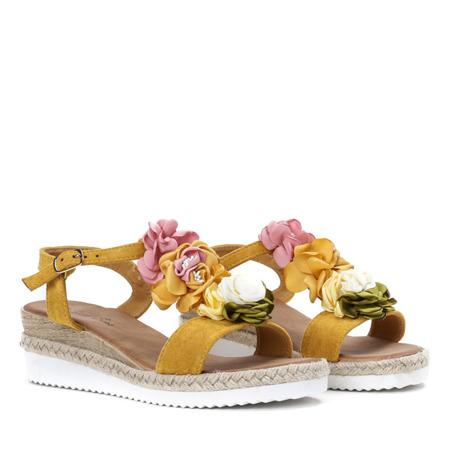 Żółte sandały na niskiej koturnie z ozdobami Florensia - Obuwie
