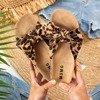 Damskie klapki z kokardką w panterkę Sun and Fun - Obuwie